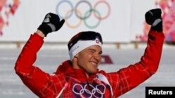 Vận động viên Dario Cologna của Thụy Sĩ ăn mừng chiến thắng sau cuộc tranh tài trượt tuyết việt dã nam cự ly 15 kilômét tại Thế vận hội Sochi, ngày 14/2/2014.