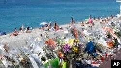 Des fleurs et des messages sont placés le long de la Promenade des Anglais à Nice, dans le sud de la France, le 20 juillet 2016 où a lieu l'attentat terroriste.