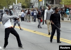 Người biểu tình ném đá vào cảnh sát ở Baltimore, Maryland, ngày 28/4/2015.