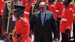 Shugaban Sudan Omar Bashir yayinda ya sauka Entebe babban birnin Uganda inda yake ziyarar kwana biyu