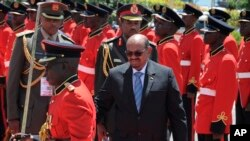 Sudan President Omar Bashir inspects the guard of honor after his arrival in Entebbe, Uganda, Nov. 13, 2017. Rights groups on Monday urged Ugandan authorities to arrest the visiting president of Sudan, who has long been wanted by the International Criminal Court for serious crimes.