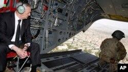 وزیر دفاع امریکا گفت که سرگرم گفت و شنود با رهبران افغان است