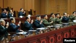 지난 9일 평양 만수대의사당에서 최고인민회의 제13기 제1차회의가 진행됐다고 조선중앙통신이 10일 보도했다. 김영남 최고인민회의 상임위원장(왼쪽 세번째)이 김정은 국방위 제1위원장(왼쪽 네번째) 바로 옆에 앉았다.