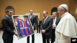 ملاقات فیلیپ لام کاپیتان باشگاه آلمانی بایرن مونیخ با پاپ فرانسیس آرژانتینی که عاشق فوتبال است - اکتبر ۲۰۱۴