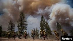 加州消防員努力撲救優勝美地國家公園的山火。