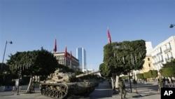 一辆坦克车在突尼斯市中心警戒
