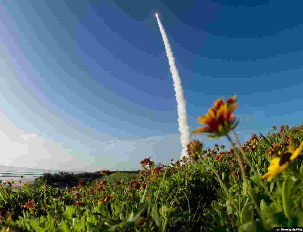 រ៉ុក្កែត Atlas V នៃក្រុមហ៊ុន United Launch Alliance ដឹកយានយន្តសម្រាប់ធ្វើដំណើរលើភពព្រះអង្គារ ក្នុងឆ្នាំ២០២០ កំពុងហោះចេញពីបរិវេណបាញ់បង្ហោះ នៅស្ថានីយ៍Cape Canaveral Air Force នៅរដ្ឋ Florida សហរដ្ឋអាមេរិក។