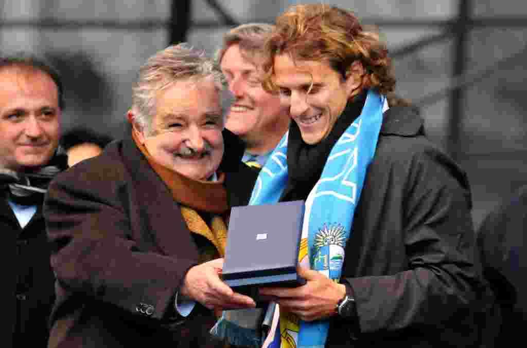 El presidente de Uruguay, José Mujica, entrega una medalla a Forlán por su actuación en la Copa Mundial Sudáfrica 2010.