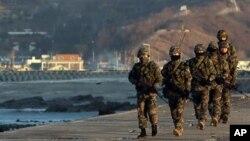 지난 10일 연평도를 순찰하는 한국 해병대원들. (자료사진)