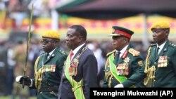 UMongameli Emmerson Mnangagwa, umsekeli wakhe uRetired General Constantino Chiwenga lenkokheli yebutho. (AP Photo/Tsvangirayi Mukwazhi)