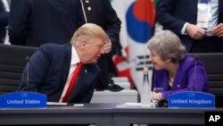 2018年11月30日特朗普總統和英國首相特蕾莎·梅(右)在阿根廷布宜諾斯艾利斯G20峰會上