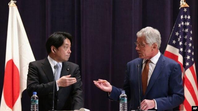 Bộ trưởng Quốc phòng Hoa Kỳ Chuck Hagel và Bộ trưởng Quốc phòng Nhật Bản Itsunori Onodera trong cuộc họp báo chung tại Bộ Quốc phòng Nhật Bản ở Tokyo, 6/4/14