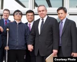 2012年5月,陈光诚在离开美国驻华大使馆前,同美国大使骆家辉、美国助理国务卿坎贝尔、副助理国务卿梅健华(右)等合影(美国驻北京大使馆新闻办公室)