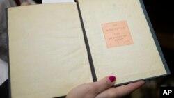 Одна из святых книг, собранных Йосефом Ицхаком Шнеерсоном в Еврейском музее. Москва.
