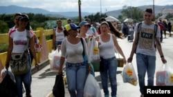 2016年7月10日委内瑞拉人在哥伦比亚购物后越过哥伦比亚委内瑞拉边界的西蒙·玻利瓦尔国际大桥
