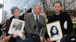 지난 2009년 일본 도쿄 주미대사관 앞에서 납북자 가족 대표들이 기자회견을 열었다. 왼쪽부터 북한에 납치된 요코다 메구미의 어머니 요코다 사키에와 아버지 요코다 시게루, 일본인납치피해자가족회 이즈카 시게오 대표. (자료사진)