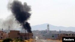 Khói bốc lên từ thị trấn Taybat al Imam sau khi các chiến binh thánh chiến tiến vào thị trấn ở tỉnh Hama, Syria, 31/8/2016.