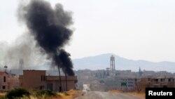 Ảnh tư liệu - Khói bốc lên từ thị trấn Taybat al Imam, Syria, sau khi phiến quân từ nhóm Jund al-Aqsa tiến vào thị trấn, ngày 31 tháng 8 năm 2016.