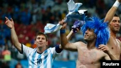 Argentina's Lionel Messi (L) and his teammate Pablo Zabaleta celebrate winning their 2014 World Cup semi-finals against the Netherlands in Sao Paulo July 9, 2014.