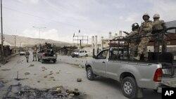 Binh sĩ bán quân sự tuần tra hiện trường vụ nổ súng ở Quetta, Pakistan, ngày 14 tháng 4, 2012.