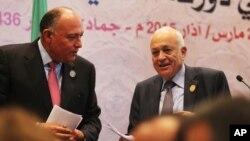 Tổng thứ ký Liên đoàn Ả Rập Nabil Elaraby (phải) và Ngoại trưởng Ai Cập Sameh Shukri rời cuộc họp báo vào lúc kết thúc hội nghị thượng đỉnh Ả Rập ở Sharm el-Sheikh, Ai Cập, 29/3/15