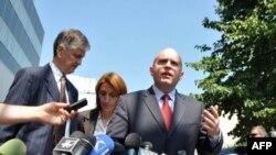 Zamenik pomoćnika državnog sekretara SAD Filip Riker odgovara na pitanja novinara u dvorištu zgrade Vlade Kosova u Prištini posle sastanka sa premijerom Kosova Hašimom Tačijem, 17. avgust 2011.