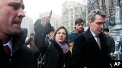 ABD Dışişleri Bakan Yardımcısı Victoria Nuland (ortada) ve Kiev Büyükelçisi Geoffrey Pyatt (sağda)