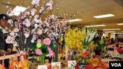 Một gian hàng hội chợ Tết Việt ở Mỹ. (Hình: Trà Mi)