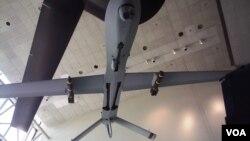 华盛顿史密森国家航空航天博物馆展出的携带地狱火导弹的捕食者无人机(美国之音王南拍摄)