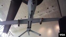 美国首都的华盛顿史密森国家航空航天博物馆展出的携带地狱火导弹的捕食者无人机(美国之音王南拍摄)。