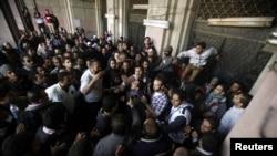 支持穆爾西和反對穆爾西的示威者星期二在開羅解放廣場附近的政府大門前發生衝突