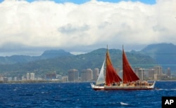 The Hokulea sailing canoe is seen off Honolulu, April 29, 2014. The Polynesian voyaging canoe is returning to Hawaii after a three-year journey around the world guided only by nature with navigators using no modern navigation to guide them. (File Photo)