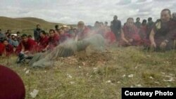 Para biksu Budha di Tibet melakukan doa bersama bagi seorang warga yang tewas dalam aksi bakar diri (foto: dok).