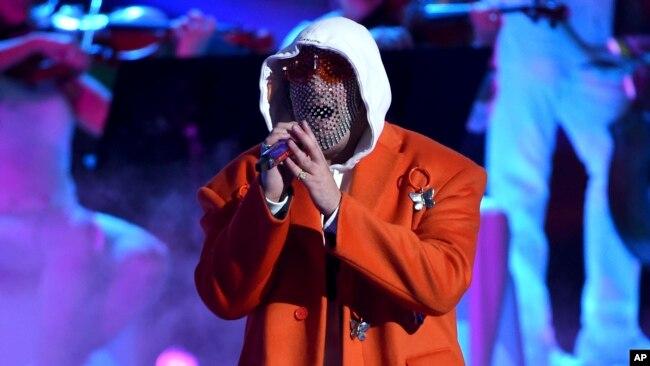 El puertorriqueño Bad Bunny cantó en la gala de la música latina como solista y acompañó a Ricky Martin y René Pérez, mejor conocido como Residente.
