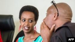 Diane Rwigara (C), critique du président rwandais Paul Kagame, s'entretient avec son avocat, Pierre Buhuru, devant la Haute Cour de Kigali, au Rwanda, le 7 novembre 2018.