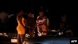 Le 29 mars 2017, des prostituées se tiennent dans la rue à Benin City, capitale de l'État d'Edo, dans le sud du Nigéria.