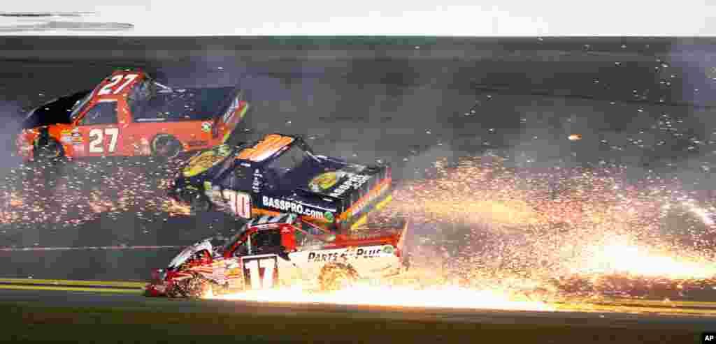 2013年2月23日在美國佛羅里達州地通拿國際賽車跑道舉行的NASCAR卡車系列賽車中,當杰夫.安格紐駕駛的(27號)車經過的時候,蒂莫西.彼得斯駕駛的(17號)車撞上瑞安.安特魯斯駕駛的(30號)車。