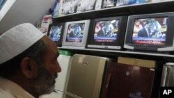 巴基斯坦人電視上看總理吉拉尼就美國擊斃本.拉登的行動發表講話