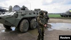 Tentara Ukraina disiagakan untuk melawan para separatis pro Rusia di Ukraina timur (15/4).