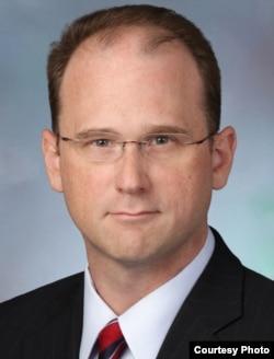 华盛顿市律师纳撒尼尔·艾德门兹 (图片来自 Paul Hastings LLP)