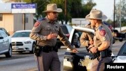 5일 총기 난사 사건이 발생한 미국 텍사스주 서덜랜드 스프링스의 제일침례교회(First Baptist Church) 인근을 경찰이 통제하고 있다.