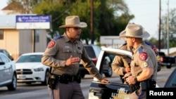 警察站在德克萨斯州圣安东尼奥发生枪击案的萨瑟兰泉教堂外面。(2017年11月6日)