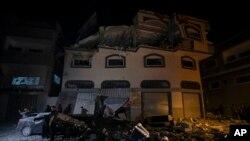Warga Palestina memeriksa kerusakan di sebuah rumah yang menjadi target serangan misil Israel di Kota Gaza, Selasa, 12 November 2019.