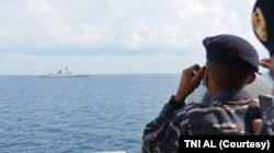 TNI Angkatan Laut Indonesia dan China melakukan latihan bersama, termasuk di antaranya latihan SAR dan manuver taktis. (Foto: Courtesy/TNI AL)