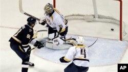 Владимир Тарасенко (номер 94, St. Louis Blues) забрасывает гол в ворота команды Nashville Predators. Сент-Луис. США. 24 января 2013 г.