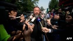 Nghệ sĩ Ngải Vị Vị nói chuyện với báo giới bên ngoài một tòa án ở Bắc Kinh
