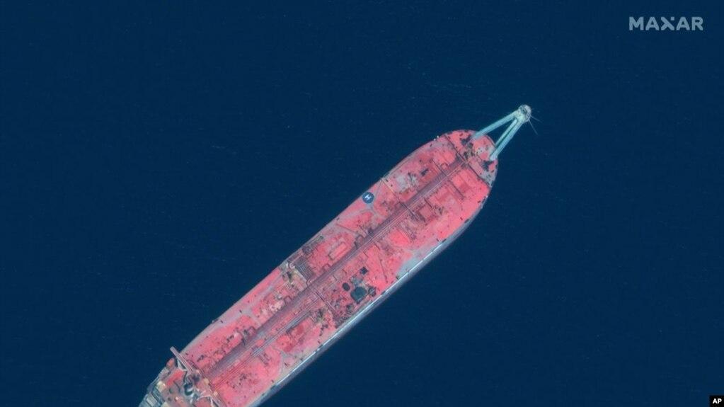 Gambar yang diperoleh dari satelit bertanggal 17 Juni 2020 ini menampilkan tanker FSO Safer di pelabuhan Ras Issa, Yaman. (Maxar Technologies via AP)