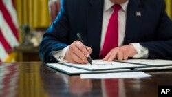 Presiden Donald Trump menandatangani perintah eksekutif untuk meningkatkan sanksi terhadap Iran di Oval Office di Gedung Putih, Senin, 24 Juni 2019 di Washington, D.C. (foto: AP Photo/Alex Brandon)