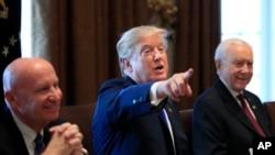 川普总统在白宫与制定减税法案的两院议员开会期间发表讲话。(2017年12月13日)