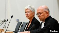 Нідерландка Ріа ван дер Стеен (ліворуч) промовляла на суді першою з понад 90 родичів жертв MH17. 6 вересня 2021 р.